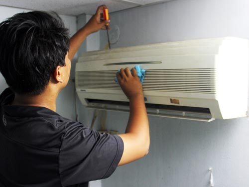 Cách sửa máy lạnh bị nhiễu nước đơn giản tại nhà